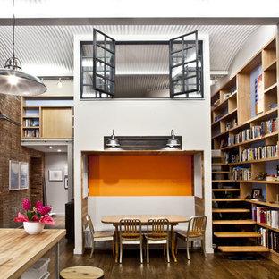 Esempio di un soggiorno industriale con libreria
