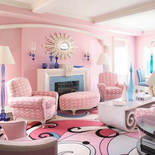Inspiration för moderna vardagsrum, med rosa väggar, mörkt trägolv och en standard öppen spis