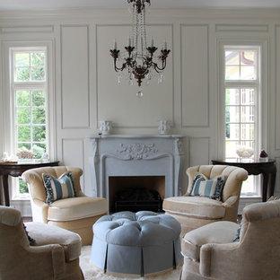 シカゴの広いシャビーシック調のおしゃれな独立型リビング (フォーマル、白い壁、濃色無垢フローリング、標準型暖炉、漆喰の暖炉まわり、茶色い床) の写真
