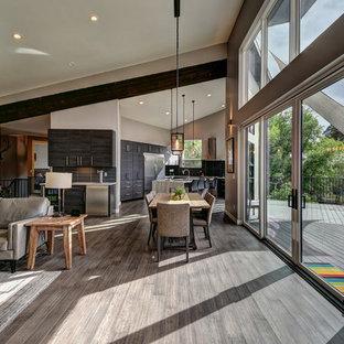 Idee per un soggiorno minimalista di medie dimensioni e aperto con pareti grigie, pavimento in bambù, camino classico, cornice del camino in pietra, TV a parete e pavimento marrone