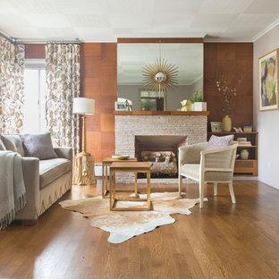 Idee per un grande soggiorno classico aperto con pareti beige, pavimento in legno massello medio, camino classico, cornice del camino in mattoni, nessuna TV, sala formale e pavimento marrone