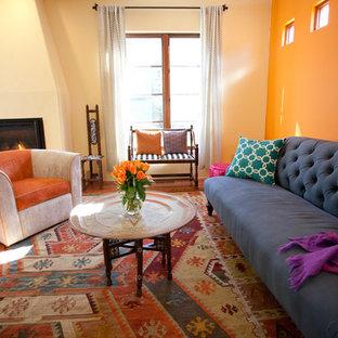 Modelo de salón mediterráneo con parades naranjas y chimenea tradicional