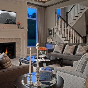 Cette photo montre un grand salon chic ouvert avec une salle de réception, un mur gris, une cheminée standard, un manteau de cheminée en carrelage, un téléviseur encastré et moquette.