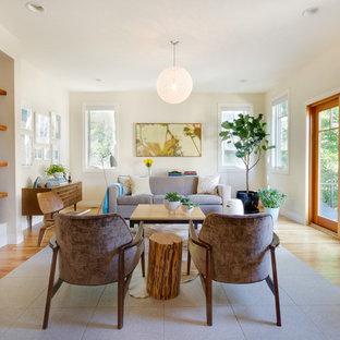 Ispirazione per un soggiorno minimal di medie dimensioni con pareti beige, pavimento in legno massello medio, camino bifacciale e cornice del camino piastrellata