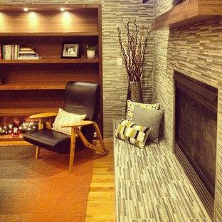 デンバーの小さいミッドセンチュリースタイルのおしゃれなLDK (グレーの壁、無垢フローリング、コーナー設置型暖炉、タイルの暖炉まわり、壁掛け型テレビ) の写真
