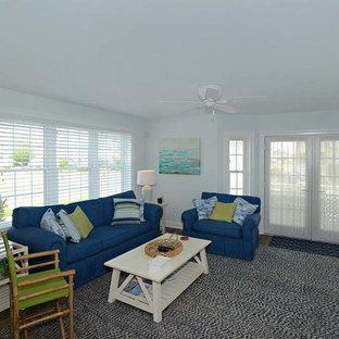 フィラデルフィアの中サイズのビーチスタイルのおしゃれなLDK (フォーマル、青い壁、濃色無垢フローリング、暖炉なし、テレビなし、茶色い床) の写真