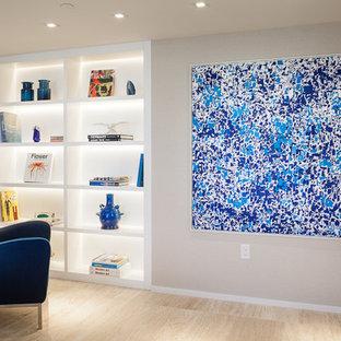 Offenes, Großes Modernes Wohnzimmer ohne Kamin mit beiger Wandfarbe, Wand-TV, Travertin und beigem Boden in Miami