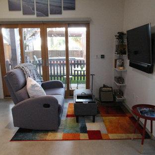 Réalisation d'un petit salon sud-ouest américain ouvert avec un mur blanc, béton au sol, aucune cheminée et un sol gris.
