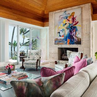 Inredning av ett exotiskt vardagsrum, med beige väggar, en standard öppen spis och en spiselkrans i trä