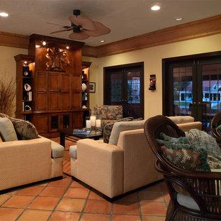 Foto di un ampio soggiorno tropicale aperto con sala formale, pareti gialle, pavimento in terracotta, camino classico, cornice del camino piastrellata e parete attrezzata
