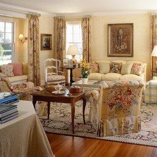 Foto di un grande soggiorno tradizionale chiuso con sala formale, pareti gialle, parquet chiaro, camino classico e cornice del camino in legno
