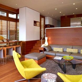 Ispirazione per un soggiorno moderno aperto e di medie dimensioni con pavimento in legno massello medio, sala formale, pareti multicolore, nessun camino e nessuna TV