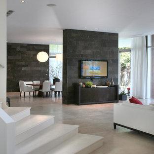 マイアミの大きいモダンスタイルのおしゃれなLDK (白い壁、ライムストーンの床、壁掛け型テレビ) の写真