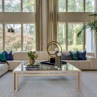 Cette Photo Montre Un Très Grand Salon Moderne Ouvert Avec Une Salle De  Réception, Un
