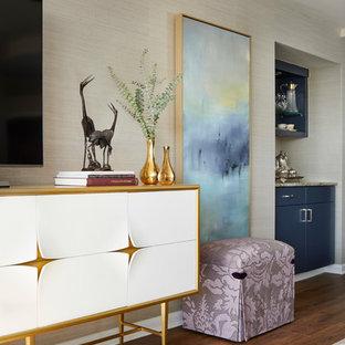 デンバーの中サイズのトラディショナルスタイルのおしゃれなLDK (ベージュの壁、ラミネートの床、暖炉なし、据え置き型テレビ、茶色い床) の写真