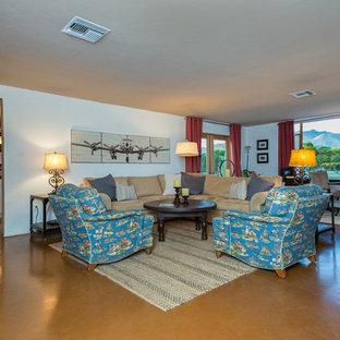 Réalisation d'un salon sud-ouest américain de taille moyenne et ouvert avec une salle de réception, un mur blanc, béton au sol, une cheminée standard et aucun téléviseur.
