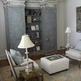 Diseño de biblioteca en casa tipo loft, tradicional renovada, de tamaño medio, sin chimenea y televisor, con paredes grises y suelo de madera oscura