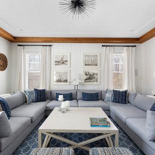 Inspiration pour un salon marin de taille moyenne et fermé avec un mur blanc, un sol en bois foncé, un téléviseur encastré et un sol marron.