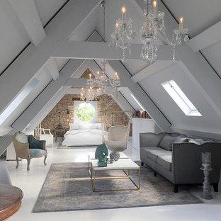 Ispirazione per un grande soggiorno country aperto con pareti bianche e pavimento in legno verniciato