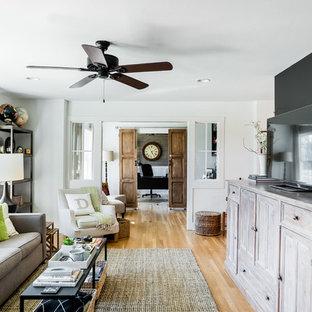 Свежая идея для дизайна: открытая гостиная комната среднего размера в стиле современная классика с светлым паркетным полом и отдельно стоящим ТВ без камина - отличное фото интерьера