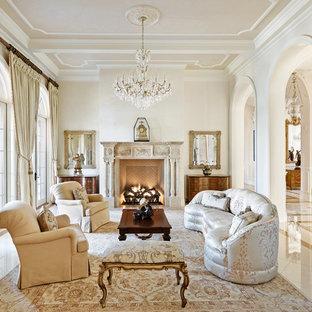Imagen de salón para visitas cerrado, clásico, con paredes beige, chimenea tradicional y marco de chimenea de baldosas y/o azulejos