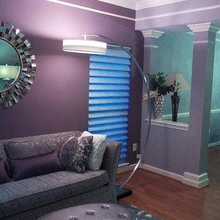 Idee per un soggiorno chic di medie dimensioni e chiuso con sala formale, pareti viola, pavimento in legno massello medio, nessun camino, nessuna TV e pavimento marrone