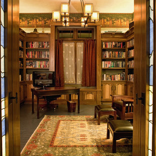 Immagine di un grande soggiorno stile americano chiuso con libreria, pavimento in sughero, pareti multicolore, camino classico, cornice del camino piastrellata e nessuna TV
