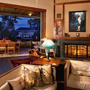 チャールストンの大きいトラディショナルスタイルのおしゃれなLDK (フォーマル、ベージュの壁、コルクフローリング、標準型暖炉、タイルの暖炉まわり、壁掛け型テレビ) の写真