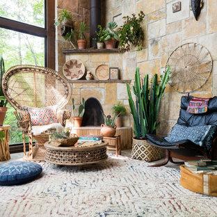 Aménagement d'un grand salon sud-ouest américain ouvert avec une cheminée d'angle et un manteau de cheminée en pierre.