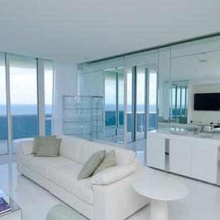 マイアミの広いモダンスタイルのおしゃれなリビング (白い壁、磁器タイルの床、壁掛け型テレビ、白い床) の写真