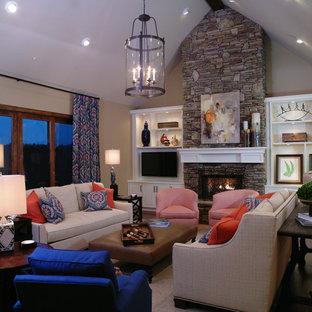 アトランタの中くらいのトラディショナルスタイルのおしゃれな独立型リビング (フォーマル、ベージュの壁、カーペット敷き、標準型暖炉、石材の暖炉まわり、壁掛け型テレビ) の写真