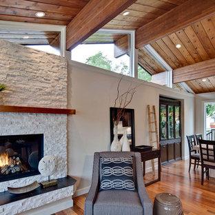 Idee per un soggiorno chic di medie dimensioni e aperto con pareti beige, pavimento in legno massello medio, cornice del camino in pietra, nessuna TV e camino lineare Ribbon