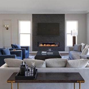 ロサンゼルスの中サイズのコンテンポラリースタイルのおしゃれなLDK (フォーマル、黒い壁、無垢フローリング、横長型暖炉、石材の暖炉まわり、壁掛け型テレビ、茶色い床) の写真