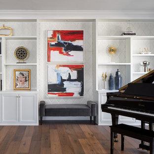 Mittelgroßes, Repräsentatives, Offenes Klassisches Wohnzimmer mit schwarzer Wandfarbe, braunem Holzboden, Gaskamin, Kaminumrandung aus Stein, Wand-TV und buntem Boden in Los Angeles