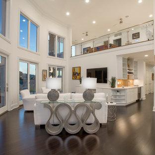 Foto di un grande soggiorno minimal aperto con pareti bianche, pavimento in bambù e TV a parete