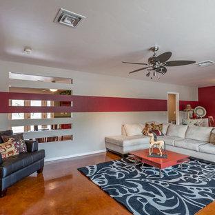 ラスベガスの大きいモダンスタイルのおしゃれなLDK (赤い壁、カーペット敷き、暖炉なし、壁掛け型テレビ) の写真