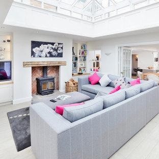 Imagen de salón cerrado, actual, extra grande, con suelo de baldosas de porcelana, suelo beige, paredes blancas y estufa de leña