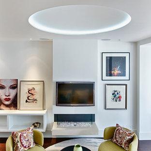Idées déco pour un salon contemporain de taille moyenne et ouvert avec un mur blanc, un sol en bois foncé, cheminée suspendue, un manteau de cheminée en plâtre et un téléviseur fixé au mur.