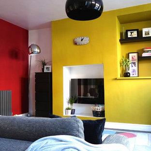 他の地域の中くらいのコンテンポラリースタイルのおしゃれな独立型リビング (赤い壁、濃色無垢フローリング) の写真