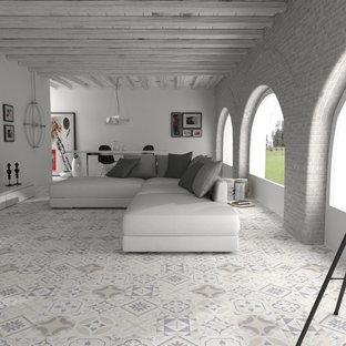 Ejemplo de salón abierto, mediterráneo, de tamaño medio, con paredes blancas, suelo de baldosas de cerámica y televisor independiente