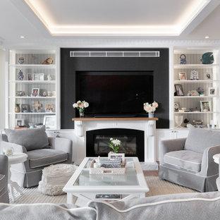 Idéer för stora maritima allrum med öppen planlösning, med vita väggar, mellanmörkt trägolv, en standard öppen spis, en spiselkrans i sten och en inbyggd mediavägg