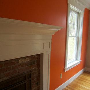Ejemplo de salón para visitas cerrado, contemporáneo, pequeño, sin televisor, con parades naranjas, suelo de madera clara, chimenea tradicional, marco de chimenea de madera y suelo beige