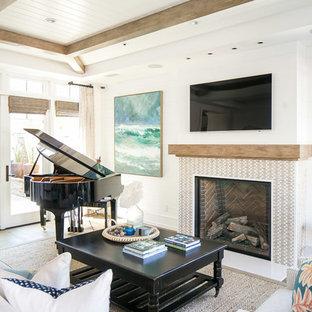 Bild på ett stort tropiskt allrum med öppen planlösning, med vita väggar, mellanmörkt trägolv, en standard öppen spis, en spiselkrans i trä, en väggmonterad TV och brunt golv