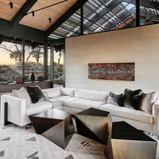 Idéer för att renovera ett mellanstort funkis allrum med öppen planlösning, med beige väggar, betonggolv, en standard öppen spis, en spiselkrans i sten och grått golv