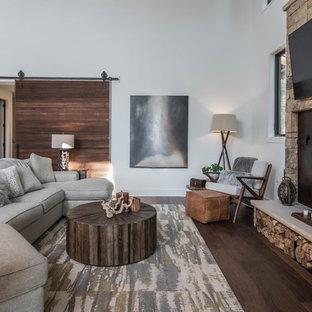 他の地域の中サイズのラスティックスタイルのおしゃれなLDK (白い壁、壁掛け型テレビ、カーペット敷き、暖炉なし、グレーの床) の写真