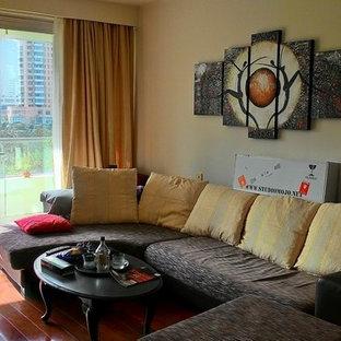 香港の大きいアジアンスタイルのおしゃれなリビング (ベージュの壁、濃色無垢フローリング、暖炉なし、コンクリートの暖炉まわり、壁掛け型テレビ) の写真