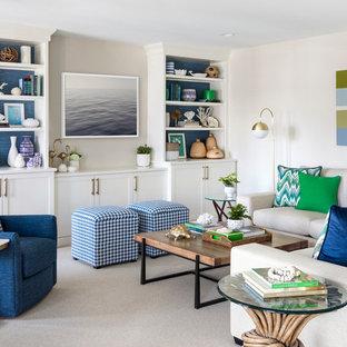 Esempio di un soggiorno stile marinaro aperto con moquette, parete attrezzata, sala formale, pareti bianche, nessun camino e pavimento beige