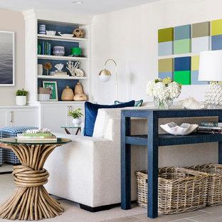 Inredning av ett klassiskt allrum med öppen planlösning, med en hemmabar, en inbyggd mediavägg, vita väggar, heltäckningsmatta och beiget golv