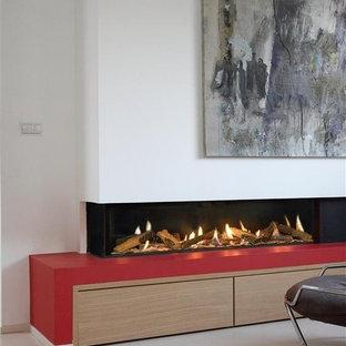 Ispirazione per un soggiorno moderno con pareti bianche, pavimento in gres porcellanato, camino lineare Ribbon e cornice del camino in intonaco
