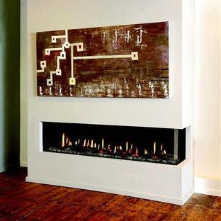 Modernes Wohnzimmer mit weißer Wandfarbe, dunklem Holzboden, Gaskamin und verputztem Kaminsims in Denver